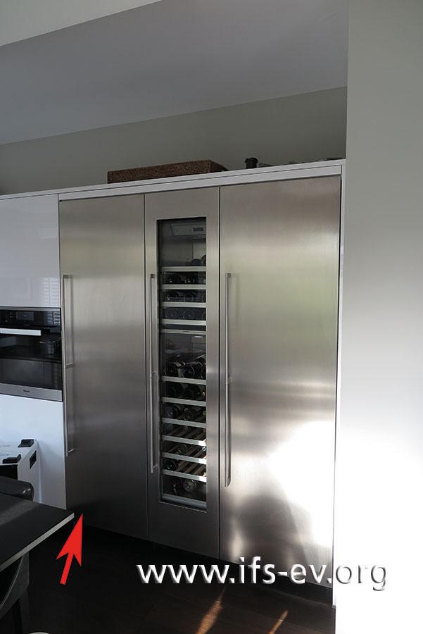 Das Linke der Kühlgeräte ist der Gefrierschrank; der Pfeil markiert die Stelle, an der die Filterpatrone eingesetzt wird.