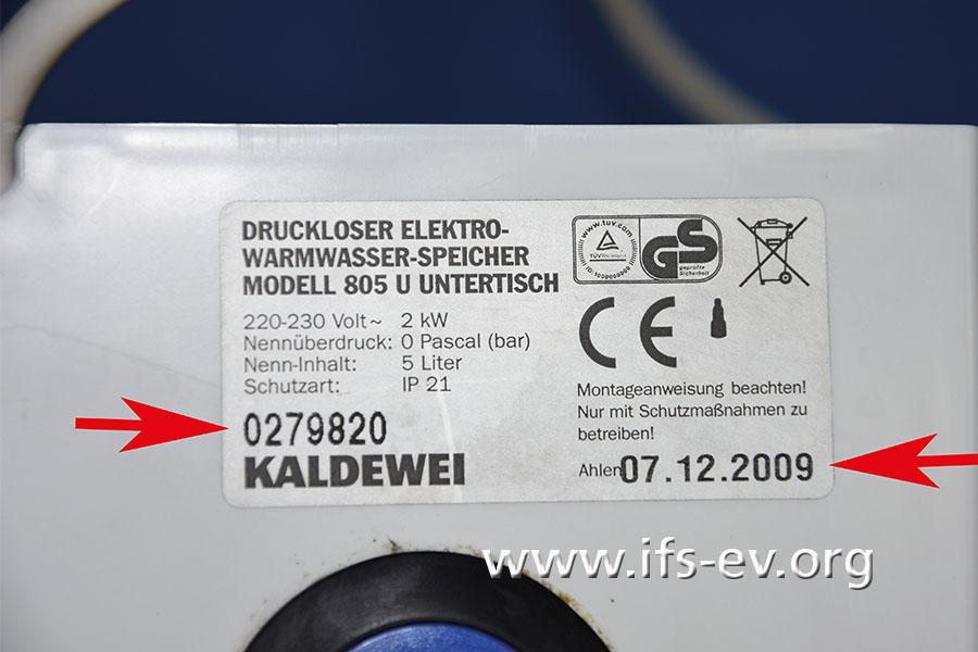 Anhand der Seriennummer und des Produktionsdatums können Kunden das Gerät zuordnen. Wir haben beides auf dem Typenschild rechts markiert.