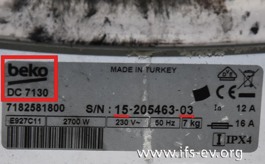 Das Produktionsdatum ist anhand der Seriennummer nachvollziehbar. Dieser  Trockner wurde demnach im März 2015 hergestellt. Unter dem Markennamen ist die Modellbezeichnung abgedruckt, hier DC 7130.