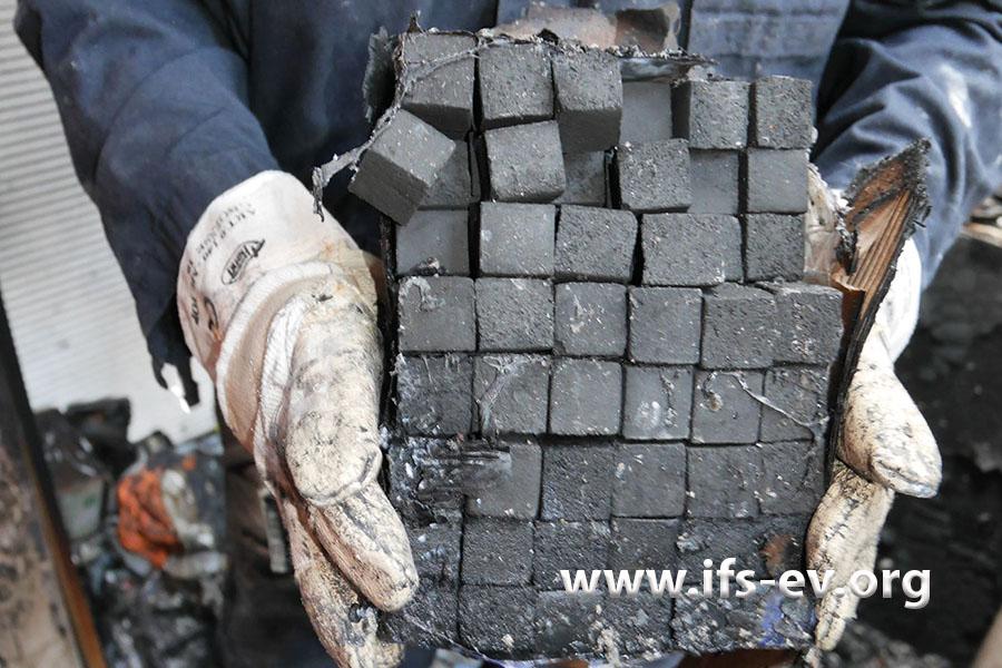 Die Kohlewürfel werden zum Rauchen der Shisha benötigt.