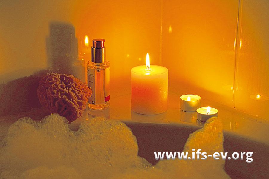 Brennende Kerzen und Teelichter können Schäden an Acrylwannen verursachen.