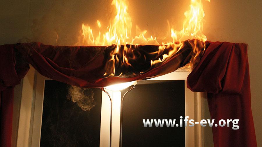 Kommt es durch Leuchtmittel zum Brandausbruch, dann wurden meistens die Mindestabstände zu brennbaren Materialien nicht eingehalten.