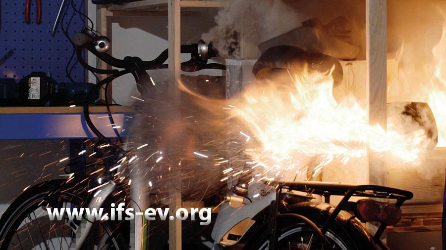 Ein Fahrradakku geht beim Ladevorgang thermisch durch.