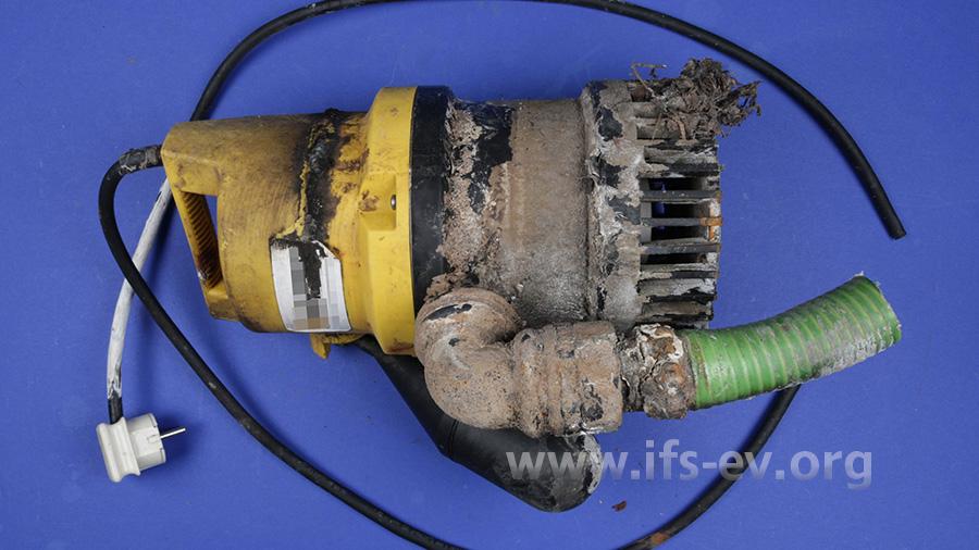 Die Pumpe aus dem ersten geschilderten Schaden ist deutlich verschmutzt. Ein Kurzschluss hatte schließlich zum vollständigen Ausfall geführt.