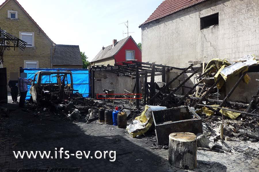 Blick auf den verbrannten Carport; das rote Rechteck markiert den Standort der Mülltonnen.