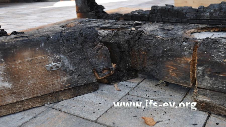 An diesen Balken der Schachtabdeckung ist es zum Brandausbruch gekommen.