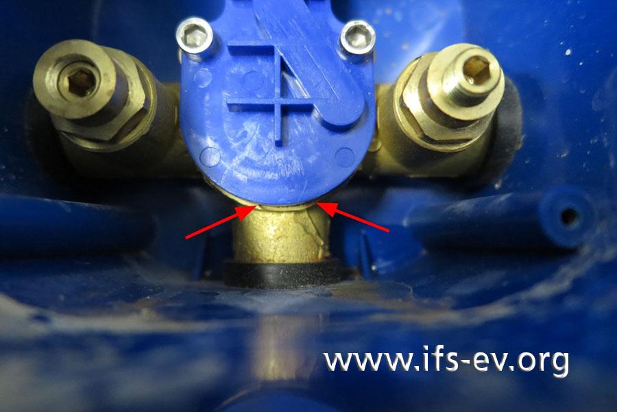 Während der Dichtigkeitsprüfung im Labor tritt zwischen der Abdeckplatte und dem Messinggrundkörper Wasser aus, wenn eines der beiden Absperrventile geöffnet ist.