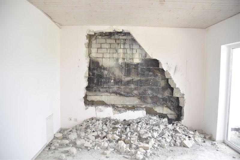 In einem Wohnraum wurde die Wand geöffnet.