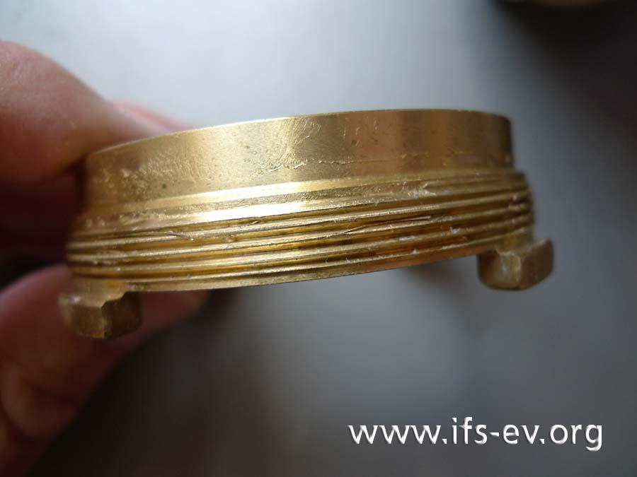 Die Kronenmutter der Messkapsel war verkantet eingeschraubt worden. Dabei wurde das Messing-Außengewinde beschädigt.