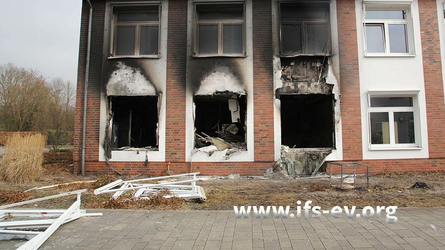 Im Erdgeschoss wurden mehrere Fensterelemente herausgeschleudert; die größten Schäden liegen am dritten Fenster von links vor.