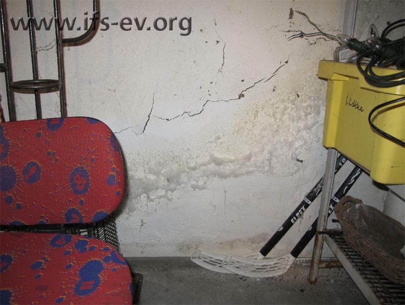 Massive Salzaufblühungen und abgeplatzte Farbe an einer Außenwand im Lagerraum