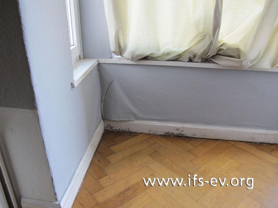 Auch im Kinderzimmer hat sich die Tapete unter dem Erkerfenster gelöst, und an der Fußleiste gibt es Schimmelpilzstrukturen.