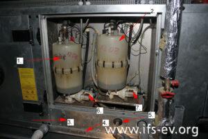 Das geöffnete Dampfbefeuchtergehäuse der Anlage mit zwei Dampfluftbefeuchtern (1. und 2.).