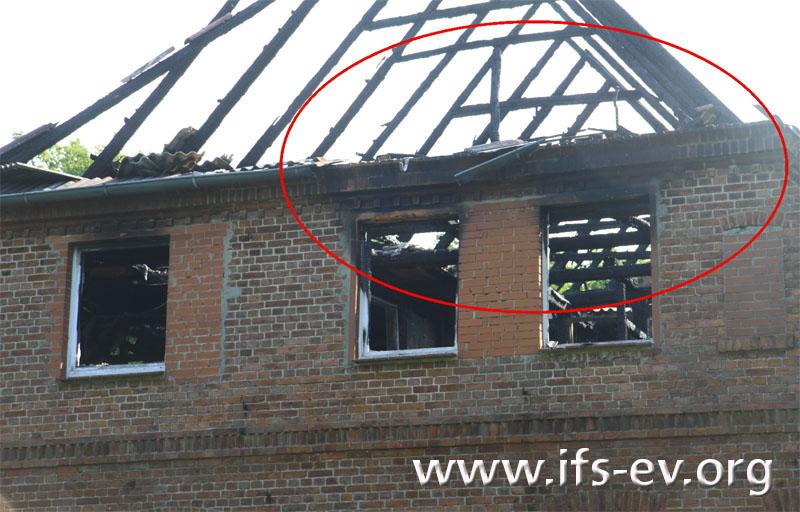 Die Rußfahnen über den Fenstern belegen einen Brandausbruch in der Dachgeschosswohnung.