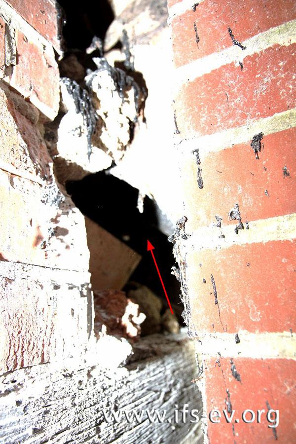 Ein Blick in den Spalt: Der Pfeil zweigt auf die Lücke zwischen den beiden Teilen des Abgasrohres.