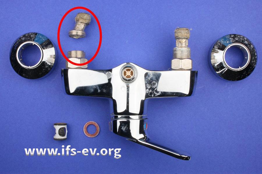 Die Armatur und die beiden damit verbundenen S-Anschlüsse: Der Anschluss auf der Kaltwasserseite ist gebrochen (Markierung).