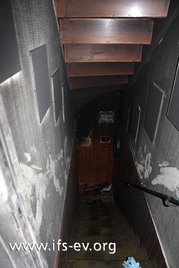 Schaut man die Kellertreppe hinunter, fällt sofort die dicke Rußschicht ins Auge.