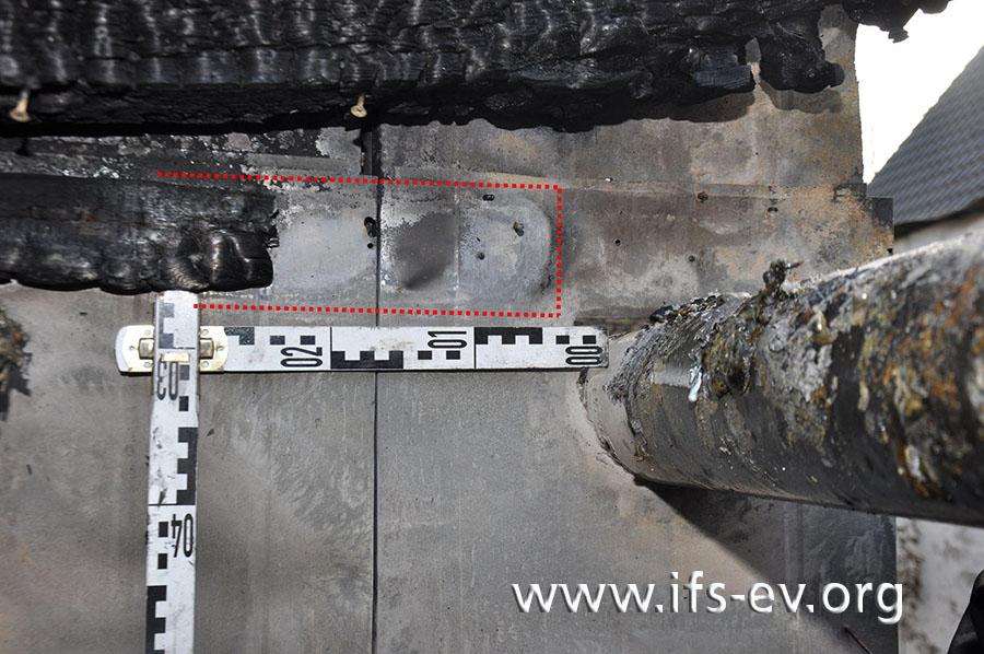 Die Holzverkleidung der Sauna reichte bis auf wenige Zentimeter an das einwandige Abgasrohr heran: Die rote Linie markiert ein brandbedingt fehlendes Stück Holz.