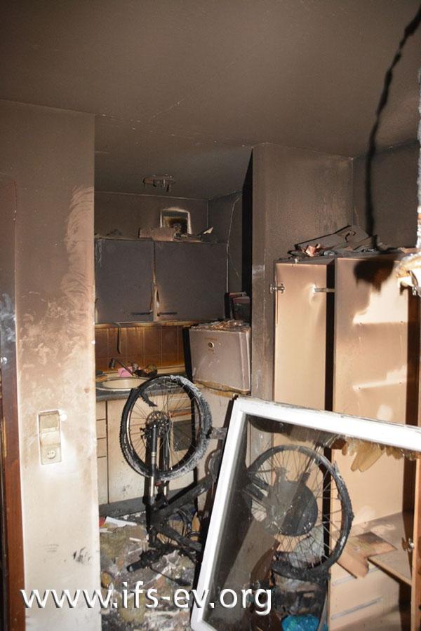 Zwischen der Küche und dem Wohnraum steht das Elektrofahrrad.
