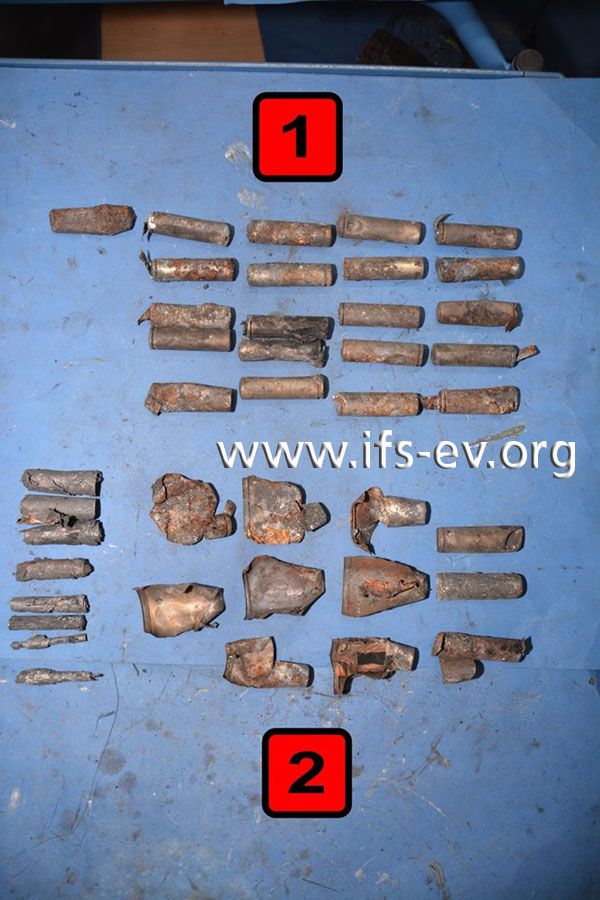 Von den gefundenen Akkuzellen sind einige noch weitgehend erhalten (1), andere sind aufgeplatzt (2).
