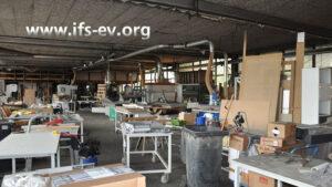 In der Produktionshalle sind alle Oberflächen mit Ruß bedeckt.