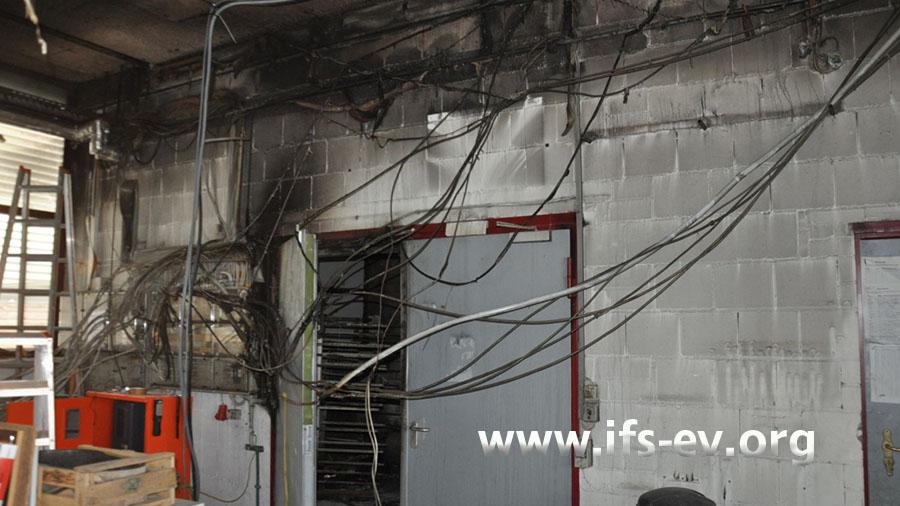 Über der Tür zum Lackierraum sind Rußfahnen und Brandspuren zu sehen.