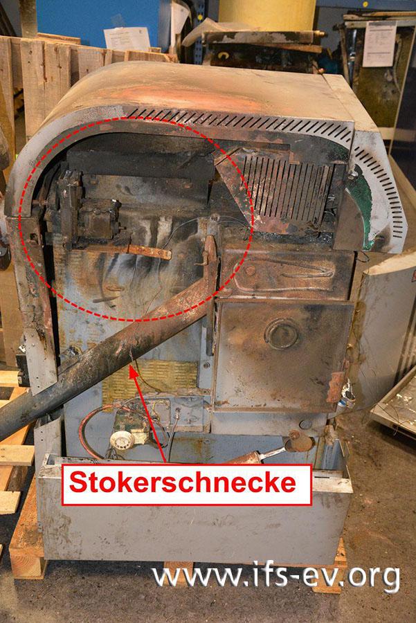 Beim Blick in den geöffneten Pelletkessel ist ein Brandschwerpunkt oben links zu sehen. Dort verlief die interne Verdrahtung der Heizung in Kunststoffrohren.