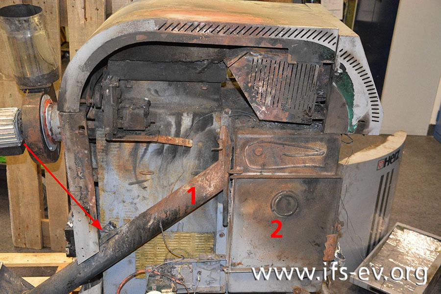 Der Pfeil deutet auf den Temperaturfühler. Die Pellets werden aus dem Vorratsbehälter (weiter links unten, nicht im Bild) über die Förderschnecke (1) in den Brennraum (2) transportiert.