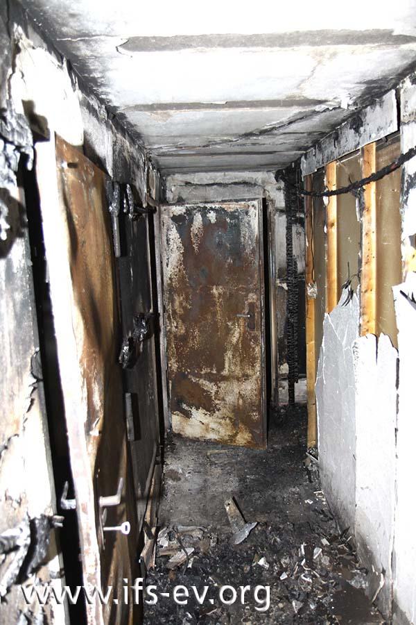 Der Kellergang: Die geöffnete Tür hinten links führt zum Brandraum.