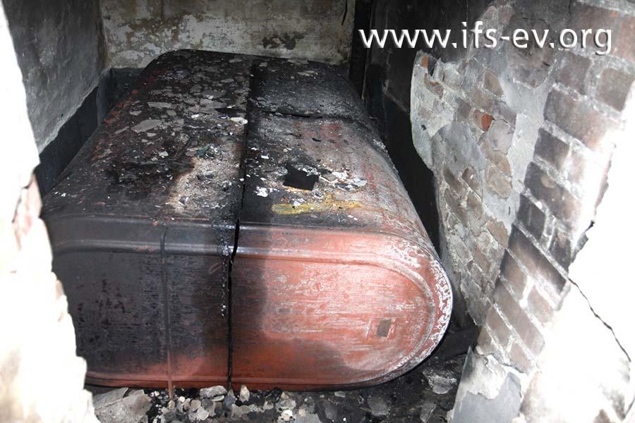 Der umgestürzte Stahltank liegt noch im Brandraum.
