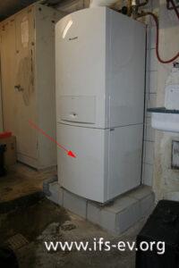 Die Zentralheizung; der Pfeil deutet auf den Warmwasserspeicher.