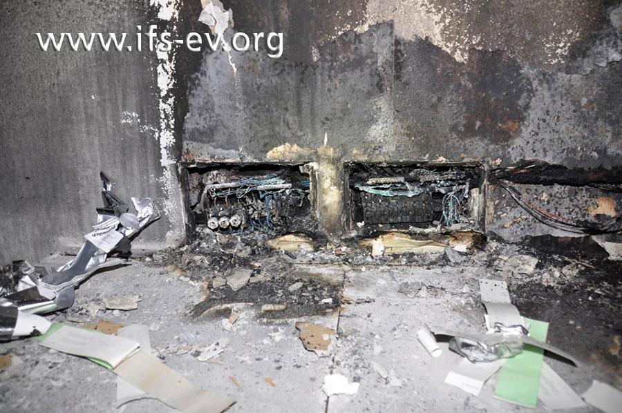 Im Treppenhaus hat es im Bereich dieser beiden Unterputz-Elektroverteilungen gebrannt.