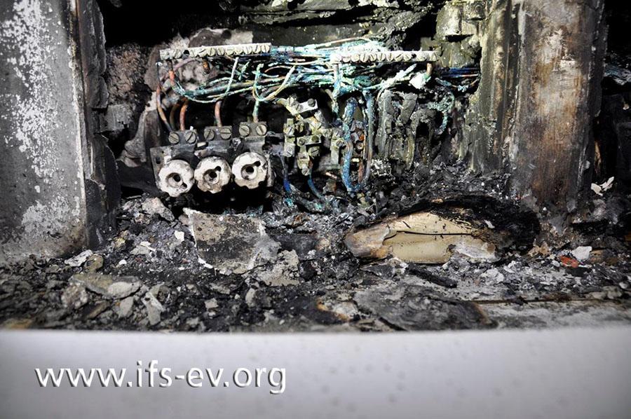 Die Nahaufnahme zeigt die linke Unterverteilung, von der das Feuer ausging.