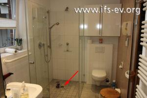 Der Bodenablauf in der barrierefreien Dusche: Der Geruchsverschluss wurde herausgenommen.