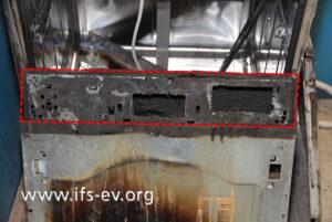 Die Kunststoffabdeckung der Bedienblende ist vollständig verbrannt.