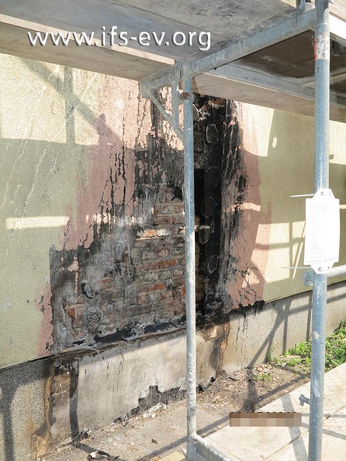 Feuer hat von einer Mülltonne auf die gedämmte Fassade übergegriffen.