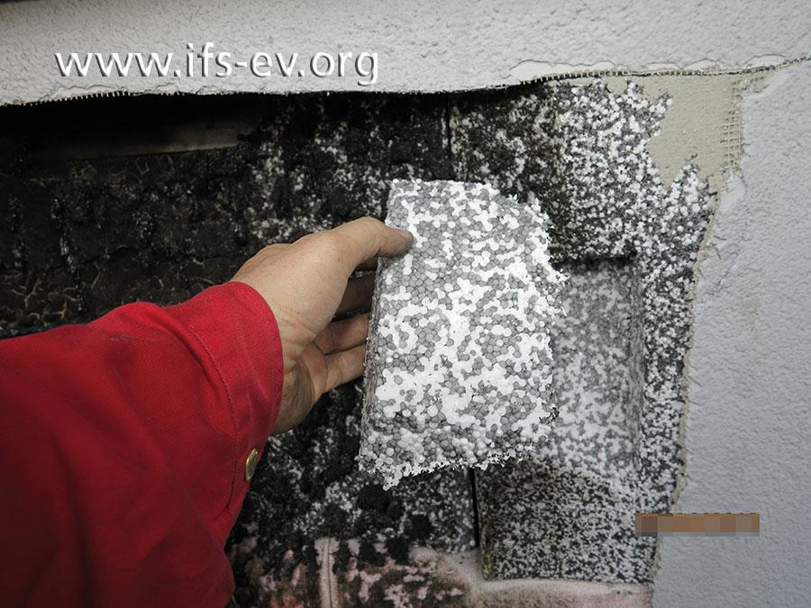 Der Gutachter entnimmt eine Probe des Dämm-Materials.