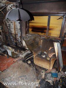 Das sonstige Mobiliar im Wohnzimmer ist nach dem Feuer noch relativ gut erhalten.