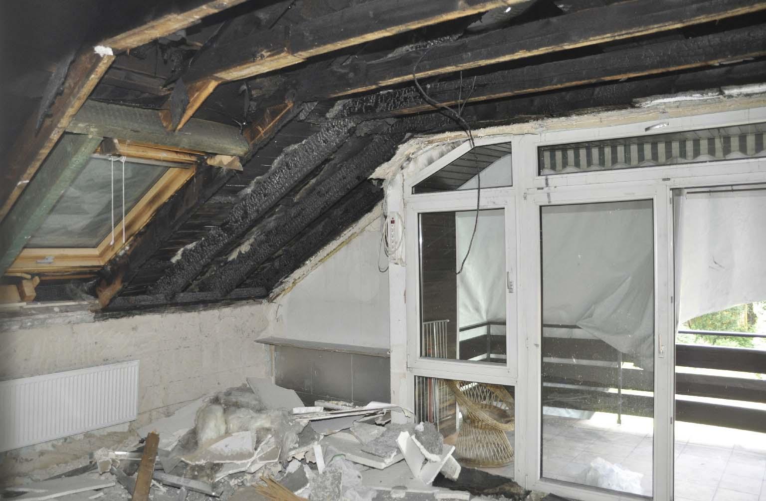 Schaden durch einen Brand an einem Modul der Solarthermieanlage (Bildmitte)