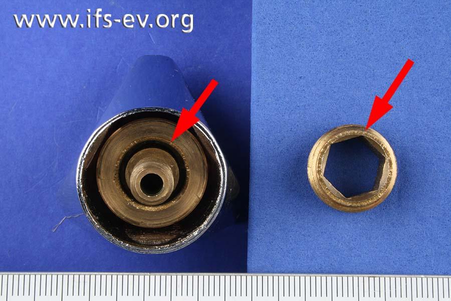 Sicht auf den Bruchbereich der Stopfbuchse (Pfeil rechts) und in den Haubengriff, in dem noch das abgebrochene Teilstück steckt (Pfeil).