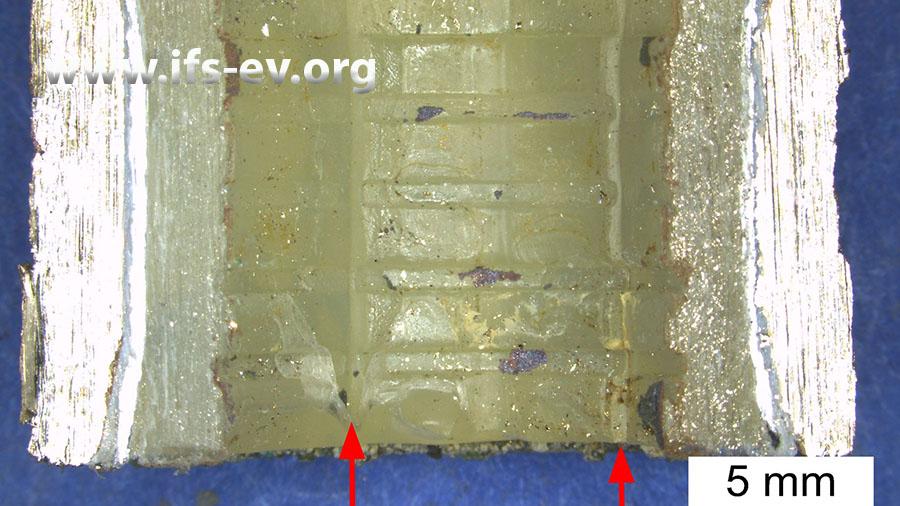 Auf der entsprechenden Rohrinnenseite hat das Aufweitwerkzeug zwei in Längsrichtung verlaufende Kerben hinterlassen.
