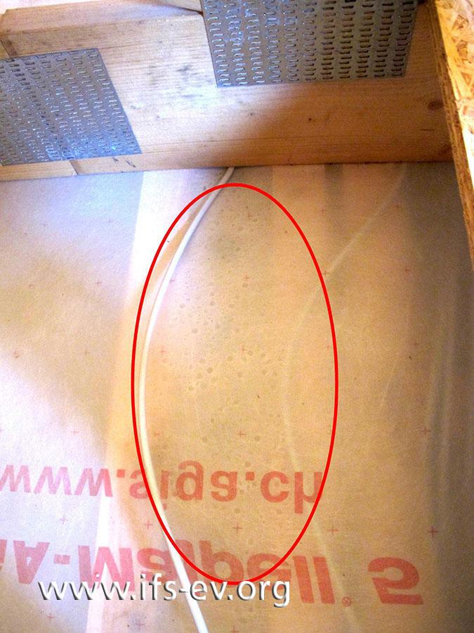 Blick vom Dachboden nach unten: Unter der Folie der Dampfsperre haben sich Tropfen gebildet.
