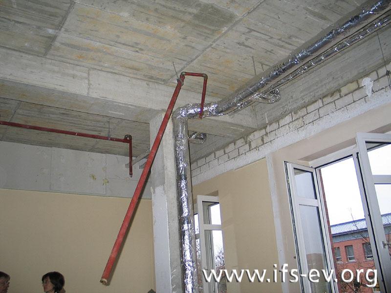 Ein Rohrabschnitt der abgestützten Leitung ist noch über eine Deckenhalterung fixiert.