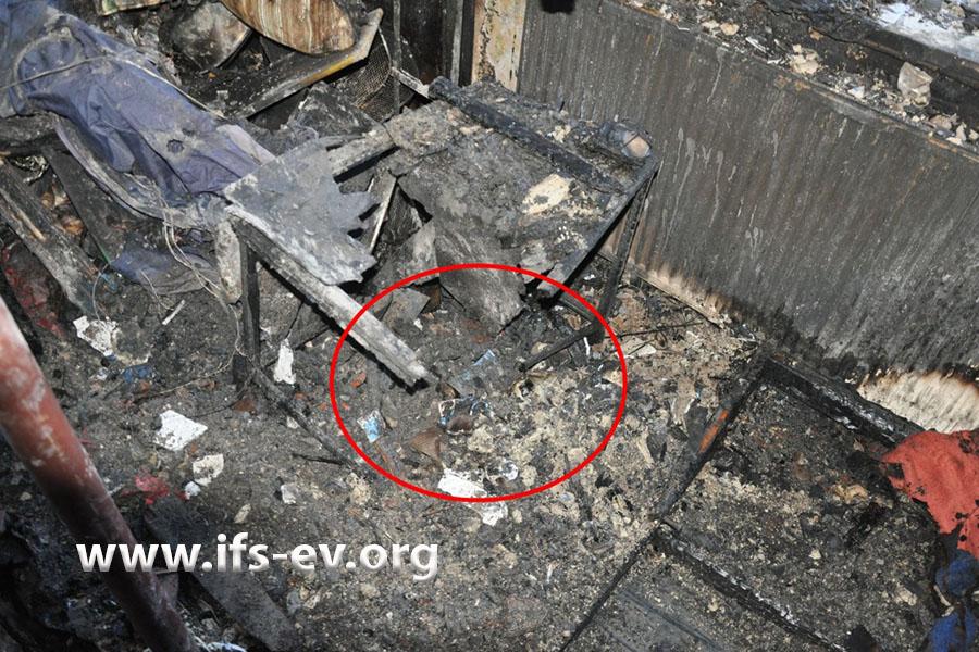 Der Tisch ist an der zum Bett gerichteten Ecke weggebrannt.