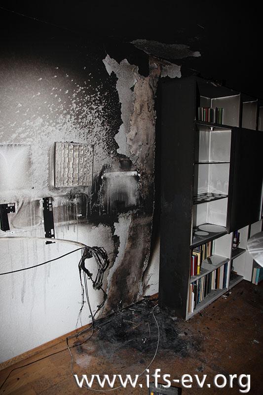 Der Brandbereich links der Schrankwand ist deutlich zu erkennen.