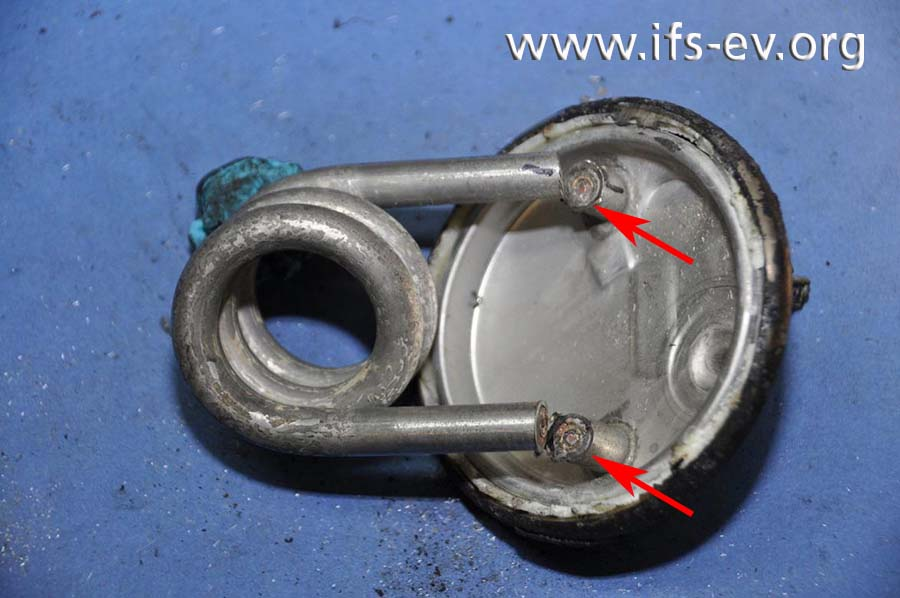 Hier ist der Rohrheizkörper zu sehen; die Anschlüsse wurden an den gekennzeichneten Stellen durchtrennt.