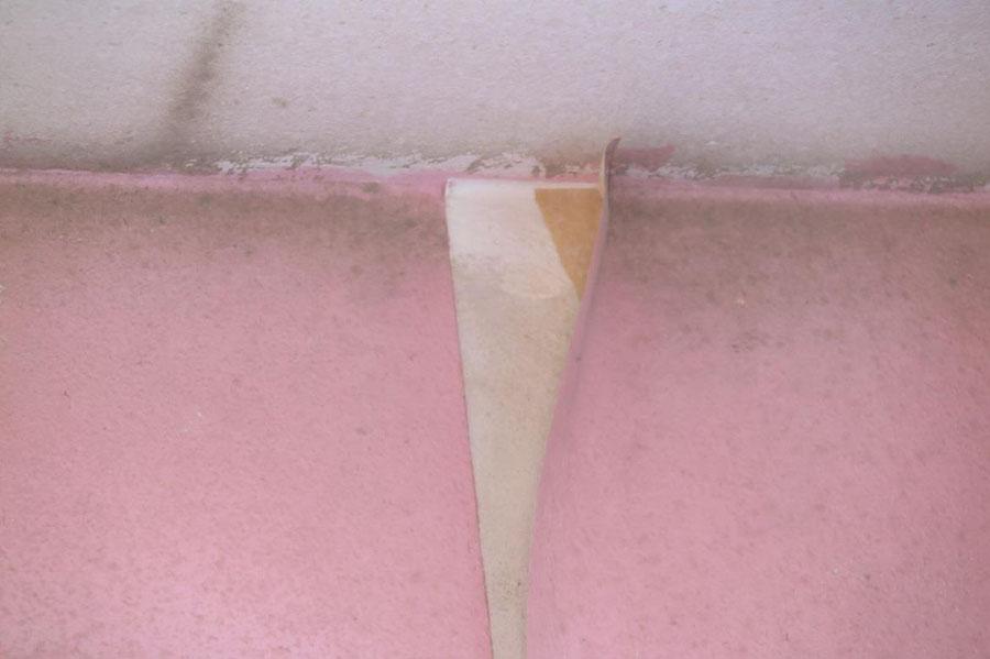 An der Wandfläche unter der gelösten Tapete sind keine Verfärbungen und kein Schimmelbefall vorhanden.
