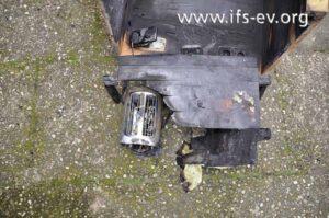 Rekonstruktion: Der Toaster stand unter dem Holzbrett mit dem Mikrowellengerät. Dahinter ist der Schrank mit den Steckdosen erkennbar.