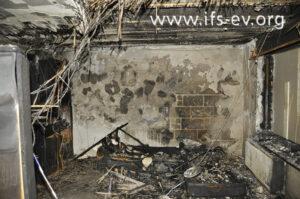 Im Brandschwerpunkt stehen die Reste des Sofas.