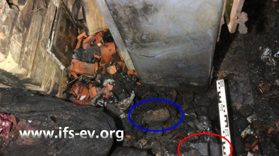 Im Gegensatz zu den Briketts, die etwas weiter weg liegen (Beispiel rote Markierung), sind die näher am Ofen liegenden Briketts (Beispiel blaue Markierung) pyrolysiert.
